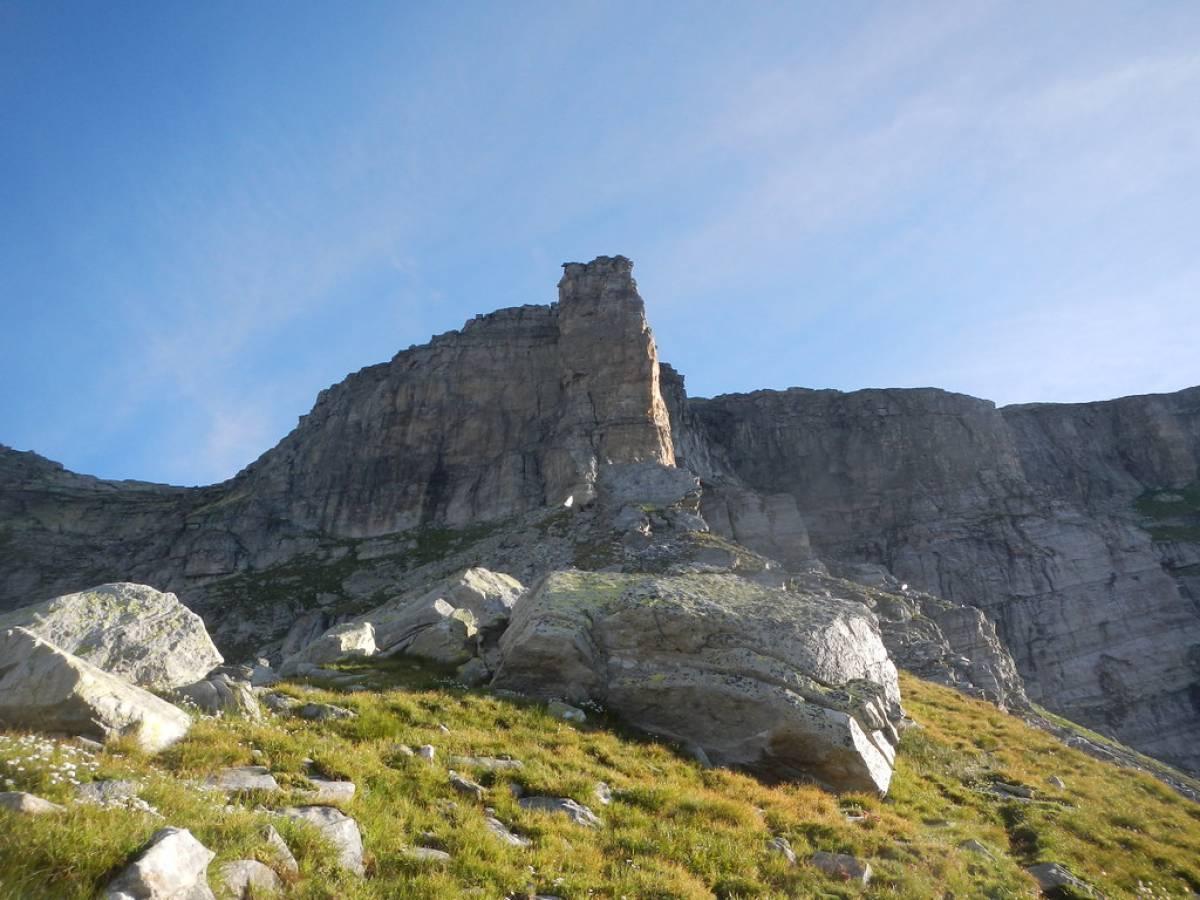 Torre Vitali al mattino - in centro la via D'ava - Bicelli